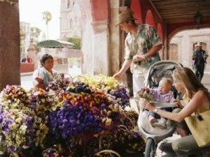 Vendedora de flores y turistas